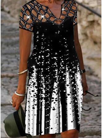 Распечатать С коротким рукавом Прямые платья Длина колена Повседневная Платья